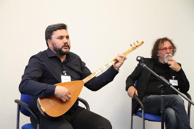Saz mit anatolischer Seele. Musiker Savas Sari und der bildende Künstler Tamer Serbay.