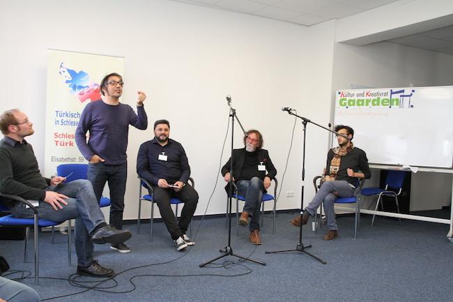Moderator Christoph Krieger, Mushin Omurca, Savas Sari, Tamer Serbay und Momen Saweesh (von links) diskutierten über Herkunft und Kultur.