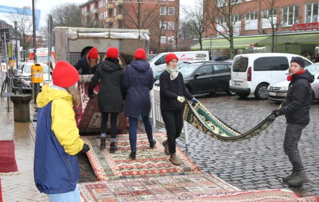 Muthesius-Studentinen legten im Februar auf dem Alfons-Jonas-Platz Teppiche auf Parkplätzen aus. Auch so kann Cultural Planning aussehen.